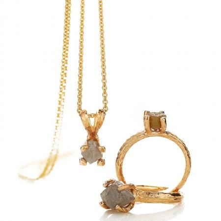 Guldsmykker i 14 karat guld, her med rådiamanter til at skabe en rå kant og give et unikt look.