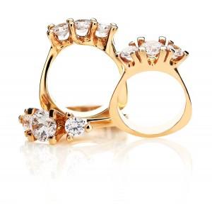 Guldsmykker der har fået nyt liv, med indfattede diamanter i smuk brilliantslibning.