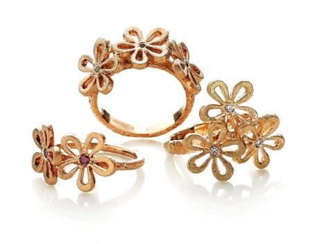 Guldsmykker fra Melcher copenhagen her i serien flower med ædelstene, diamanter og smukke farvede ædelstede.