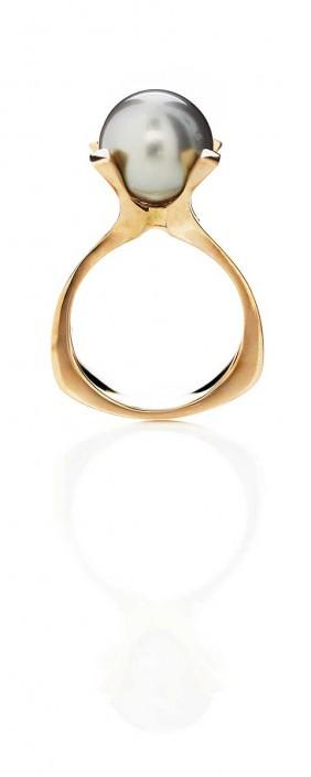 Guldsmykker | Smuk guldring med naturperle i flot indfatning i blankt og æstetisk look.