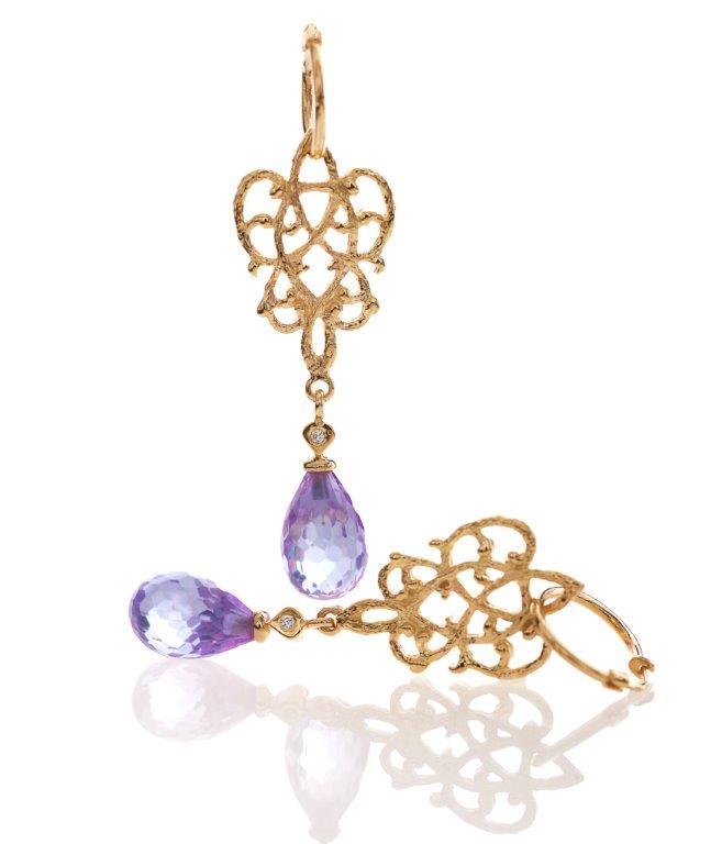 Smukke guldsmykker | Her som øreringe med unikt mønster og smuk slebet ametyst som hænger.
