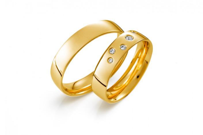 Vielsesringe i guld med diamanter i brilliantslibning i et meget enkelt smukt og klassisk look.