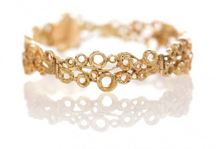 Guldsmykker kan fås som dette armbånd i et flot æstetisk design.