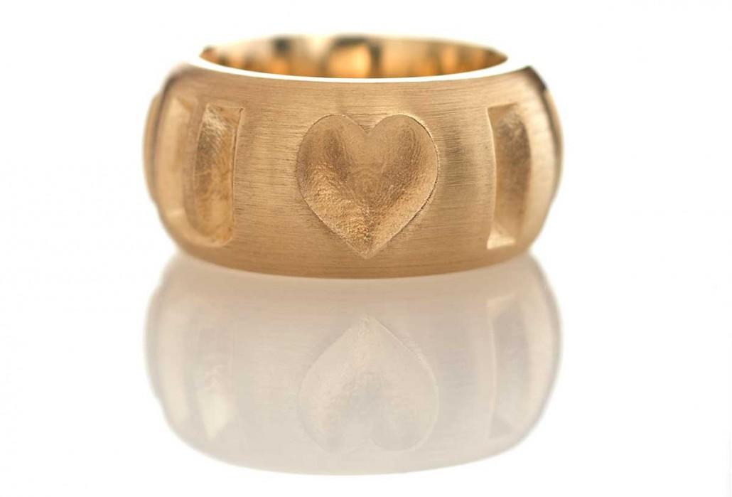 Guldsmykker kan udvikles meget unikt, ligesom denne ring hvor designet er indarbejdet på smuk vis i ringskinnen.