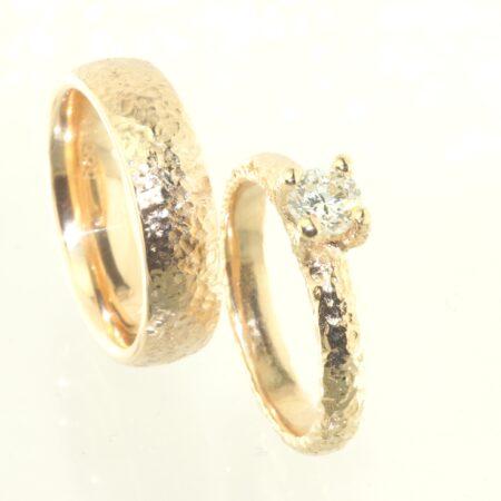 Vielsesringe fra Melcher Copenhagen i 14 karat guld med diamantbesætning i damering