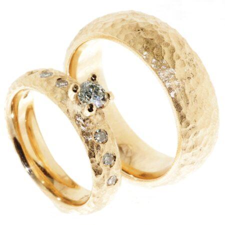Vielesesringe fra Melcher Copenhagen i 14 karat guld med diamantbesætning i damering