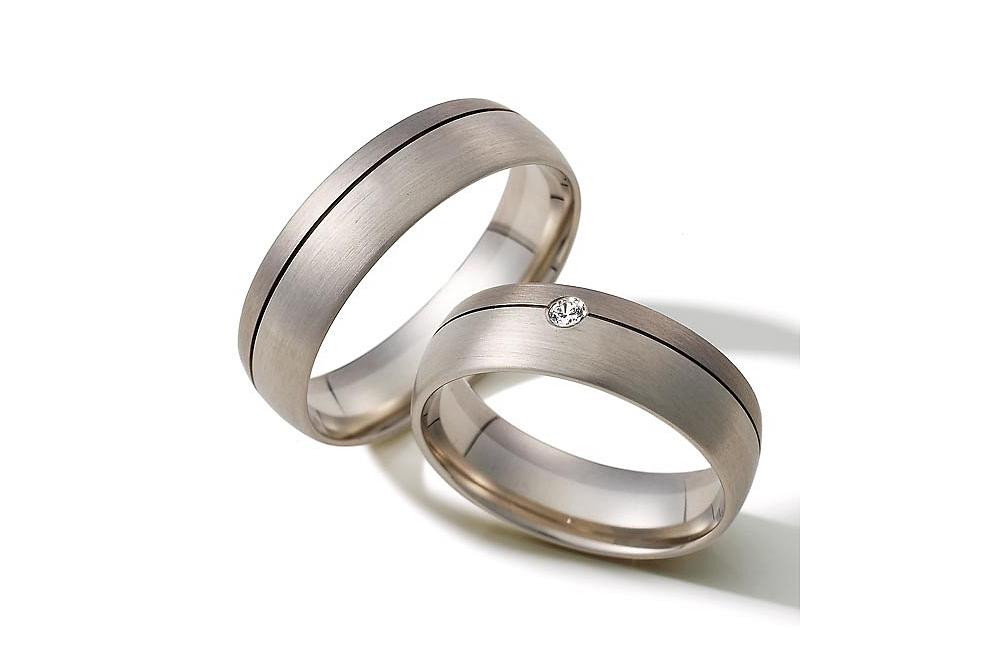 Vielsesringe i sølv med tvedelt ringskinne og briliant.