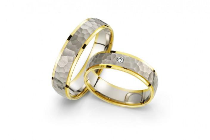 Vielsesringe i virkelig unikt design. Tvefarvet design og diamanter indfattet centralt i ringskinnen
